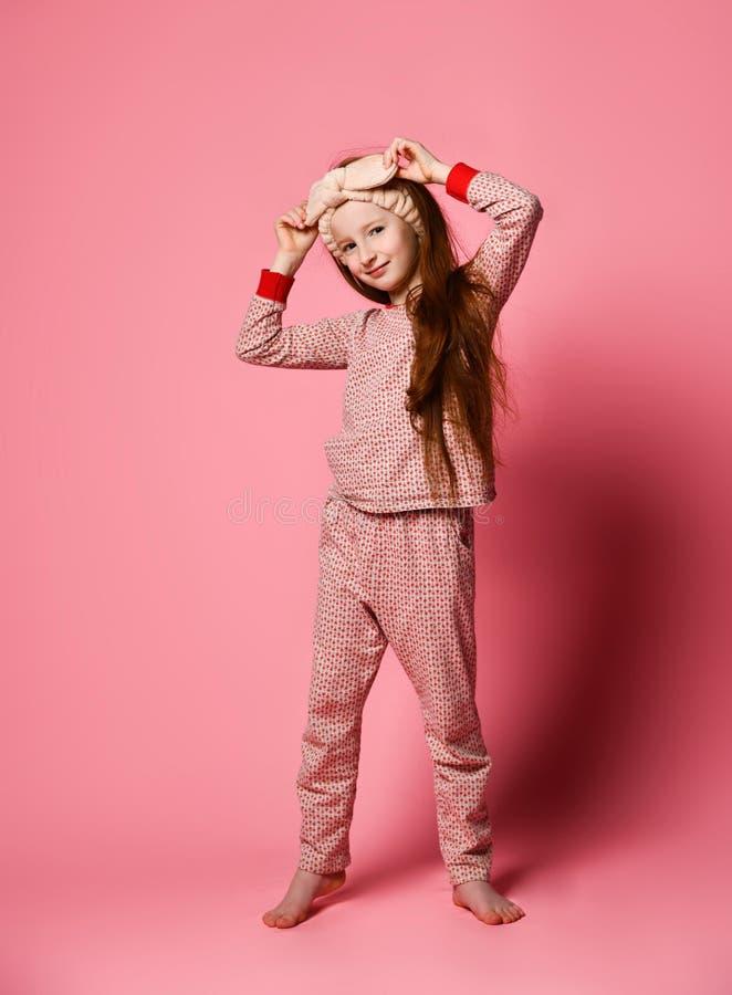Le portrait intégral de la fille séduisante dans ses pyjamas roses et un bandeau mou est peint dans le cadre image libre de droits