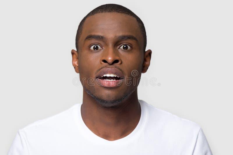Le portrait l'homme qu'africain fait de grands yeux sent le tir stup?fait de studio images libres de droits