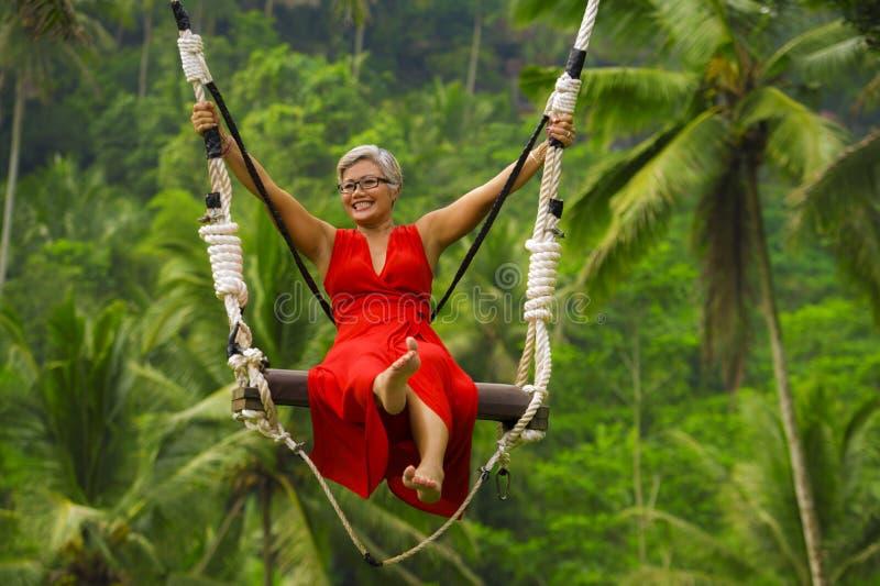 Le portrait naturel de mode de vie du milieu heureux attrayant a vieilli 40s - la femme 50s asiatique avec les cheveux gris et l' image stock