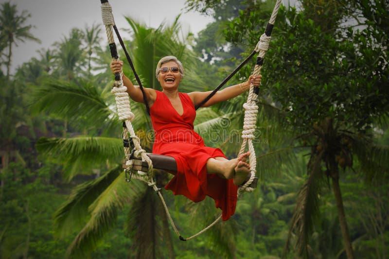 Le portrait naturel de mode de vie du milieu heureux attrayant a vieilli 40s - la femme 50s asiatique avec les cheveux gris et l' photo libre de droits