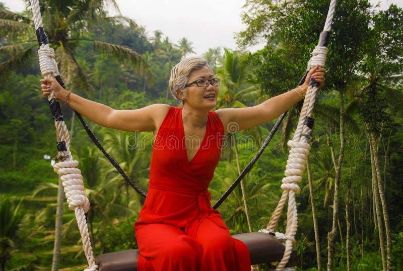 Le portrait naturel de mode de vie du milieu heureux attrayant a vieilli 40s - la femme 50s asiatique avec les cheveux gris et l' images stock