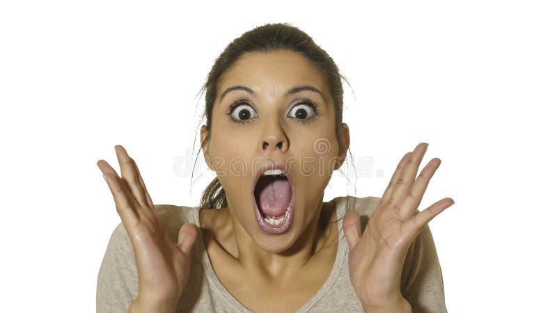 Le portrait principal de la jeune femme hispanique heureuse et enthousiaste 30s dans la surprise et les yeux étonnés et la bouche photographie stock