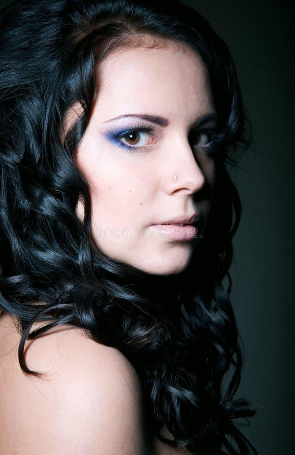 Portrait myst rieux de fille de brune photo stock image for Fond ecran jolie fille