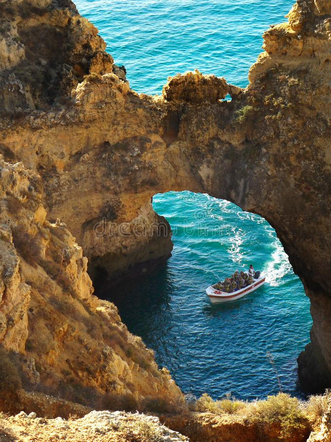 Le Portugal Algarve visite de caverne de Lagos, mer de Benagil de falaises image libre de droits