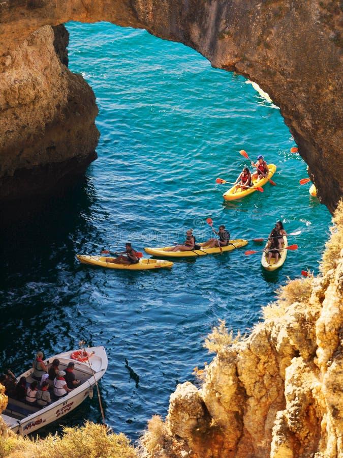 Le Portugal Algarve visite de caverne de Lagos, mer de Benagil de falaises photo stock