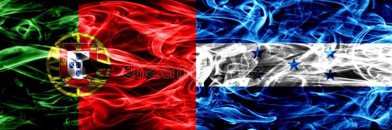 Le Portugal contre le Honduras, drapeaux honduriens de fumée placés côte à côte Drapeaux soyeux colorés épais de fumée de portuga illustration libre de droits