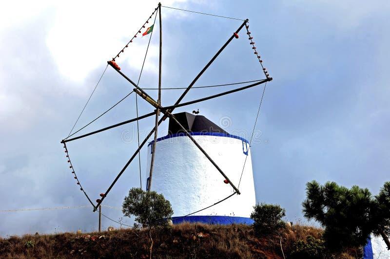 Le Portugal, Ericeira : Vieux moulin à vent photos stock