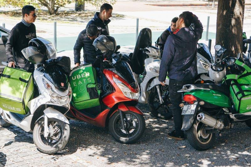 Le Portugal, Lisbonne le 29 avril 2018 : les travailleurs Uber mange sur le scooter livre la nourriture aux clients images libres de droits