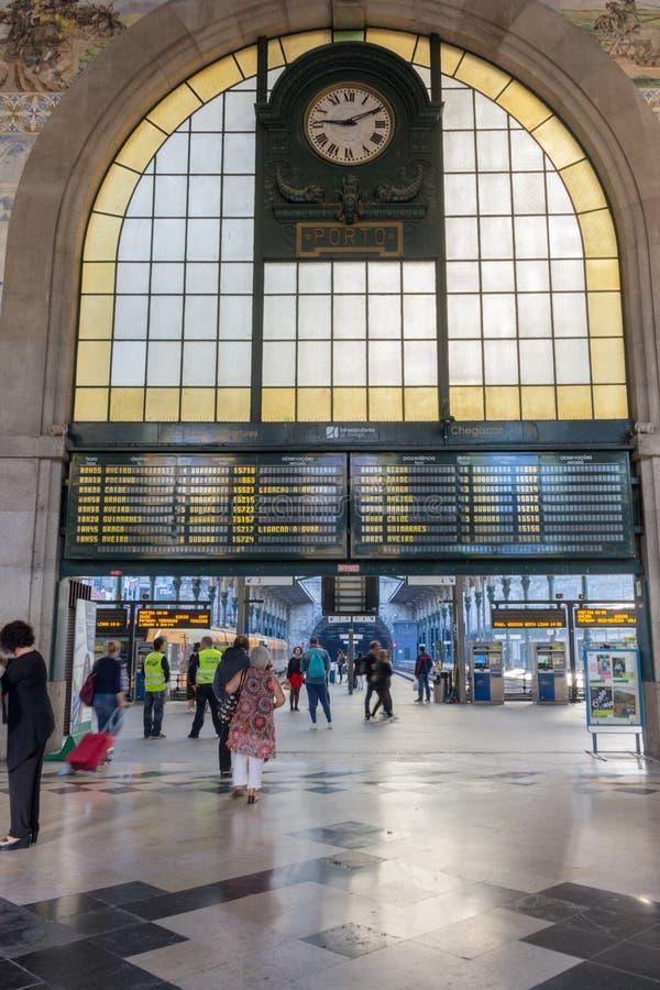 Le Portugal, Porto - 10/22/2018 : gare ferroviaire centrale avec l'horaire, l'horloge et les touristes Hall de station de train c photo libre de droits