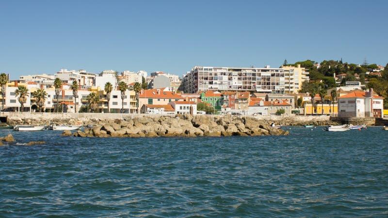 Le Portugal, route côtière (Estrada marginal) entre le viewd de Lisbonne, d'Estoril et de Cascais de la mer image stock