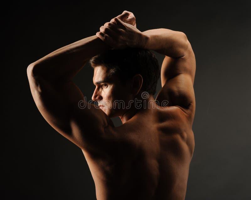 Le pose sexy dell'uomo per la macchina fotografica fotografie stock