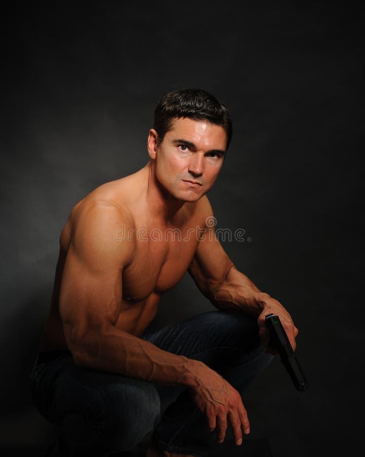 Le pose sexy dell'uomo per la macchina fotografica fotografia stock