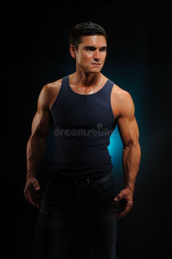 Le pose sexy dell'uomo per la macchina fotografica immagini stock