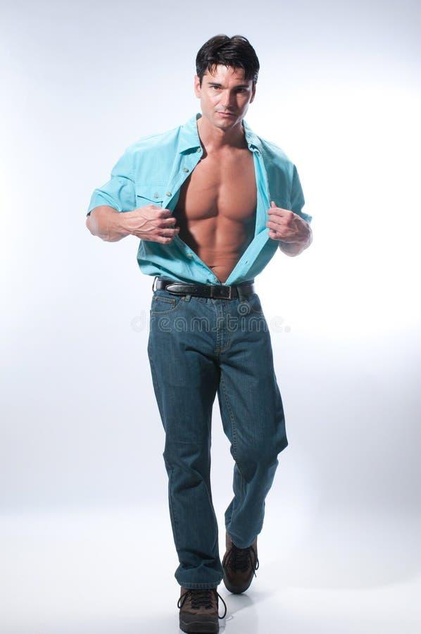 Le pose sexy dell'uomo per una fotografia fotografie stock