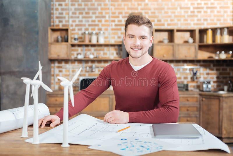 Le positivt teknikersammanträde på tabellen och att vänta på hans kollegor arkivbild