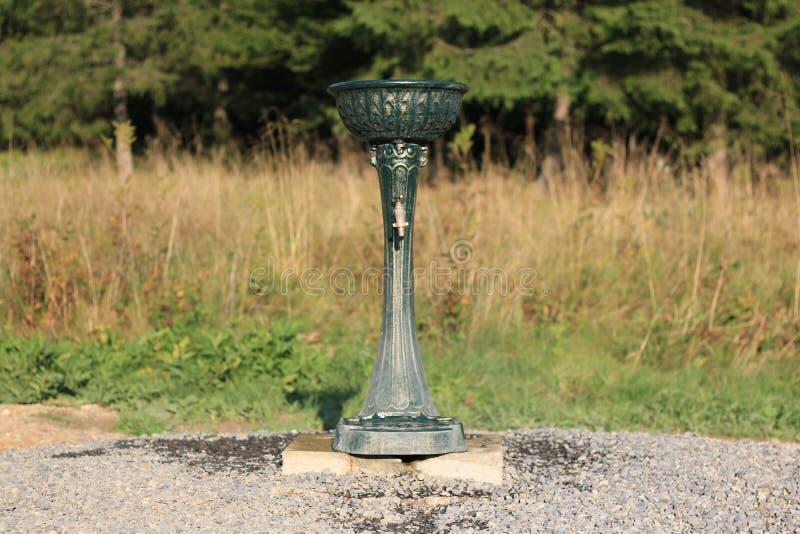 Le poste d'eau potable placé dans une réservation de parc naturel font du jardinage photo stock