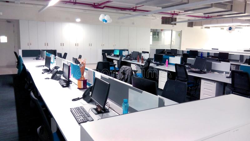 Le poste de travail avec des ordinateurs une société de technologie de l'information photographie stock