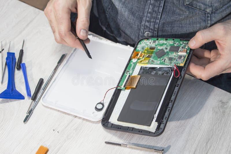 Le poste de travail dans un service électronique Réparation de Tablette images libres de droits