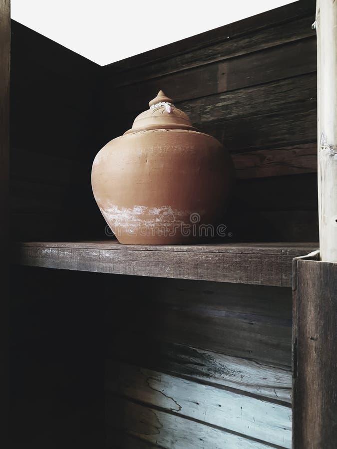 Le pot d'argile traditionnel faisant en Thaïlande par l'argile professionnel photographie stock libre de droits
