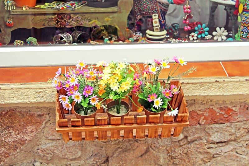 Le pot de fleur décore l'étalage de boutique photos stock