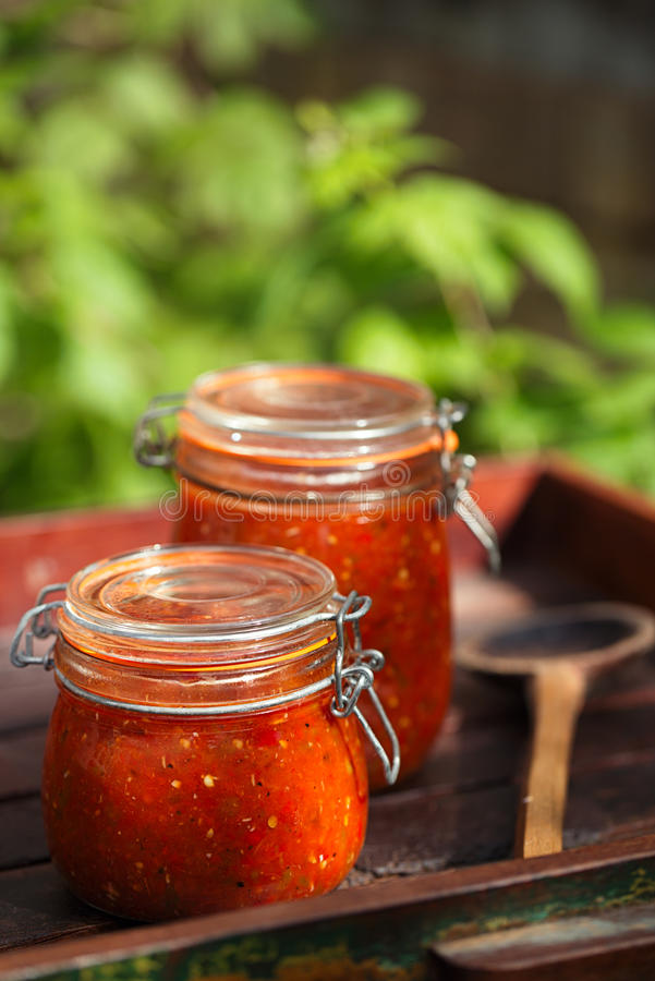 Le pot de la maison a fait le Salsa épicé classique de tomate photographie stock libre de droits