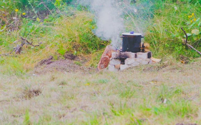 Download Le Pot Du Repas Est Sur Les Roches Et Le Feu Image stock - Image du brûlure, cuisinier: 76080271