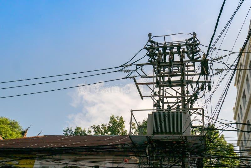 Le poteau électrique avec ont les transformateurs un images stock