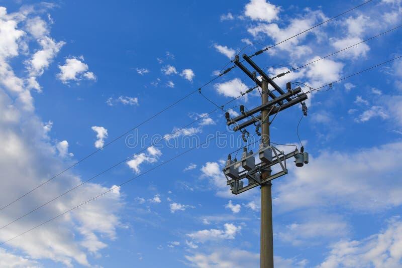 Le poteau de courant électrique et le ciel bleu photos libres de droits