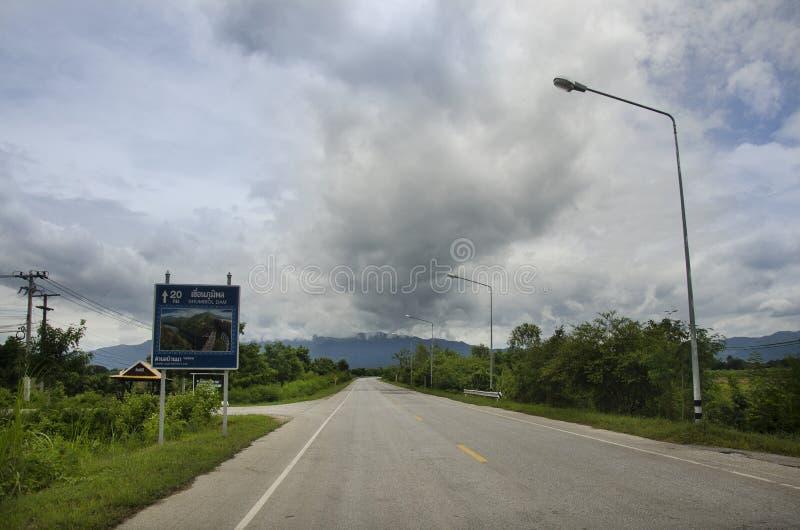 Le poteau de guide de signe de distance vont au barrage de Bhumibol à Tak, Thaïlande images stock