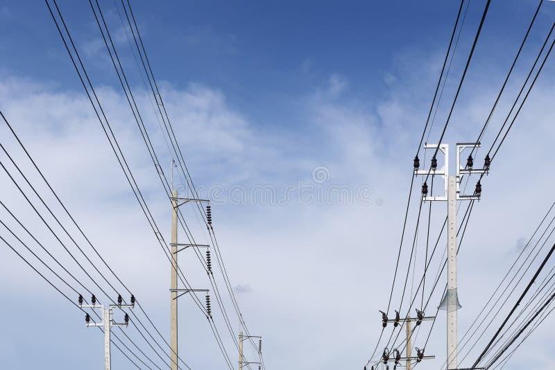 Le poteau de l'électricité appartiennent la rue avec le ciel bleu image stock