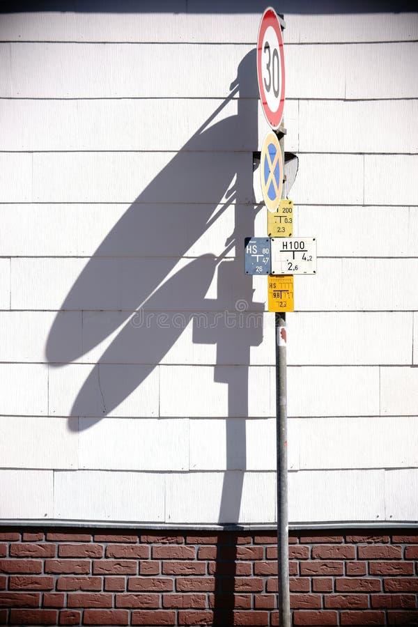 Le poteau de signalisation moule des ombres photos stock