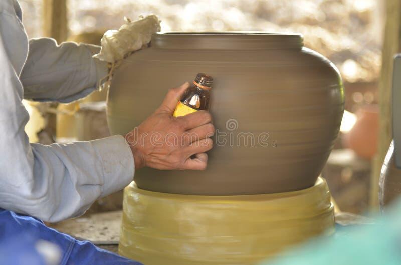Le potier a décoré la poterie. photo stock