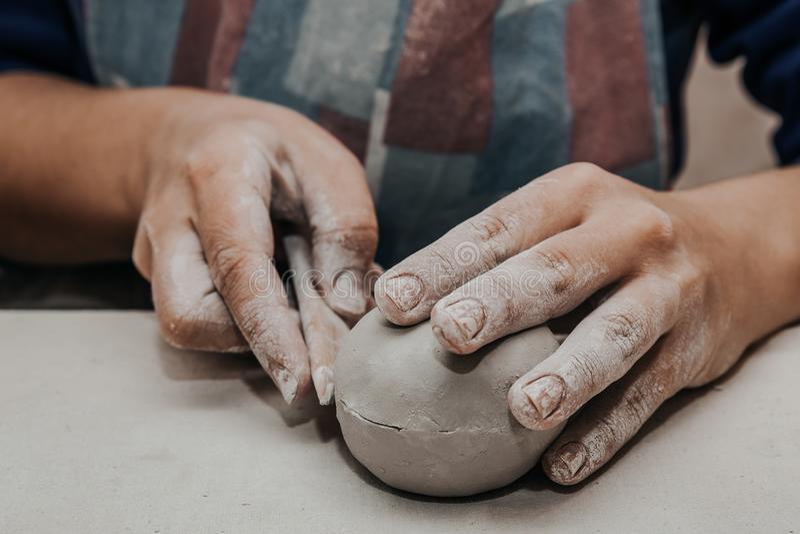 Le potier féminin travaille avec de l'argile, haut étroit de mains d'artisan photo stock