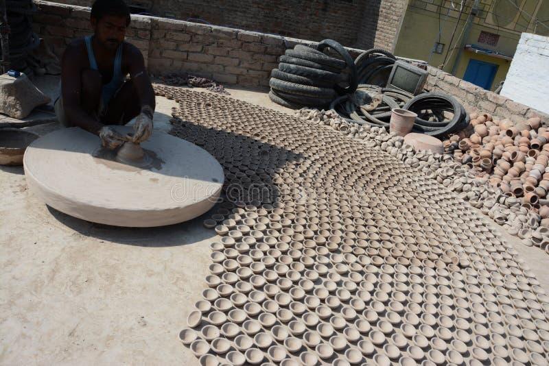 Le potier fait les lampes ou l''diyas' de terre en avant du prochain festival de Diwali images libres de droits
