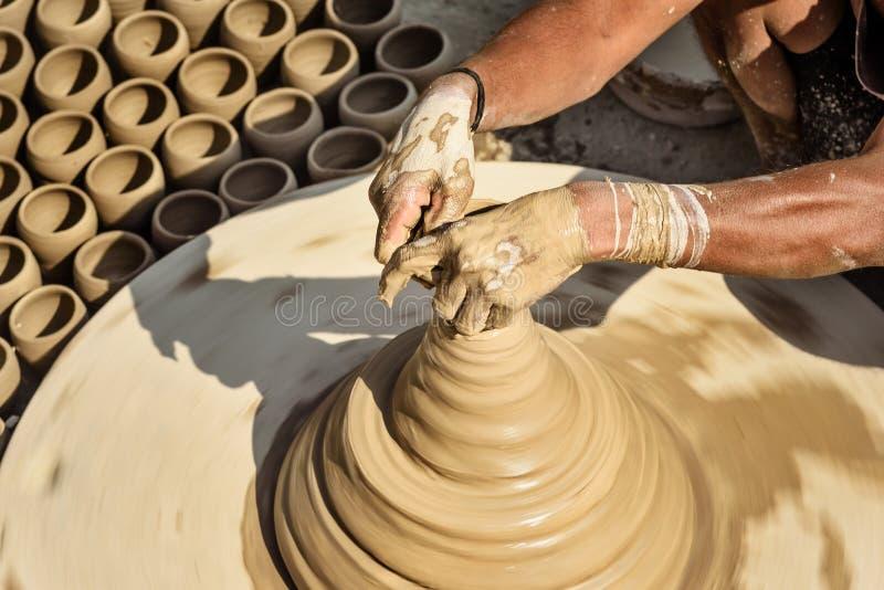 Le potier indien faisant des pots d'argile sur la poterie roulent dans Bikaner l'Inde image libre de droits