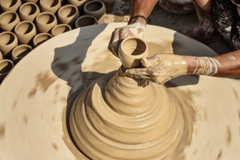 Le potier indien faisant des pots d'argile sur la poterie roulent dans Bikaner l'Inde photo libre de droits