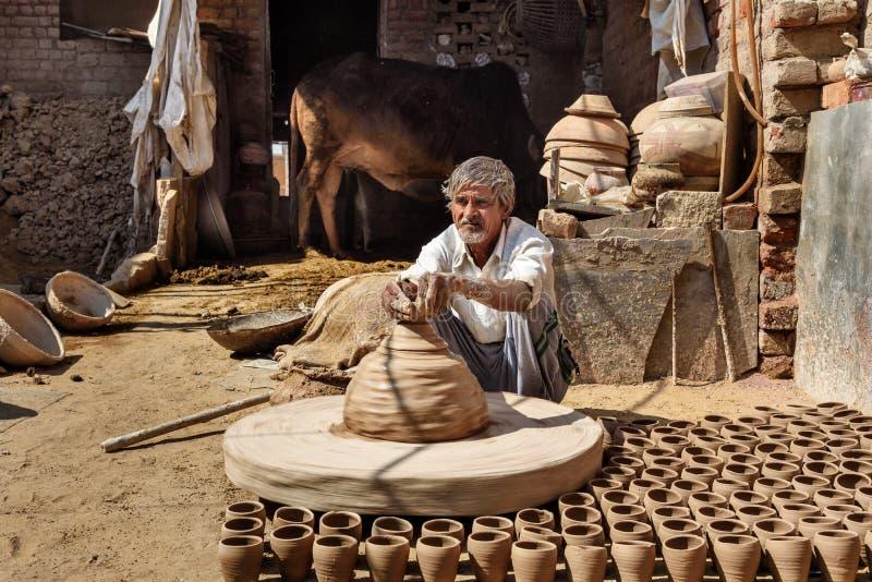 Le potier indien faisant des pots d'argile sur la poterie roulent dans Bikaner Rajasthan l'Inde photos libres de droits