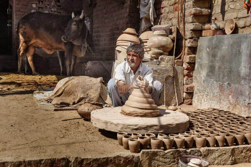 Le potier indien faisant des pots d'argile sur la poterie roulent dans Bikaner Rajasthan l'Inde photo stock