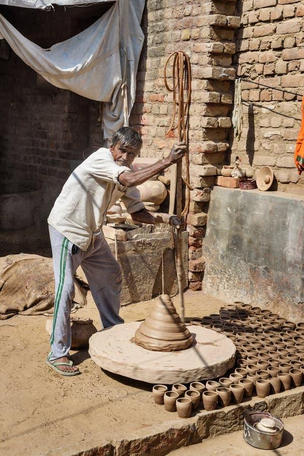 Le potier indien faisant des pots d'argile sur la poterie roulent dans Bikaner Rajasthan l'Inde image stock