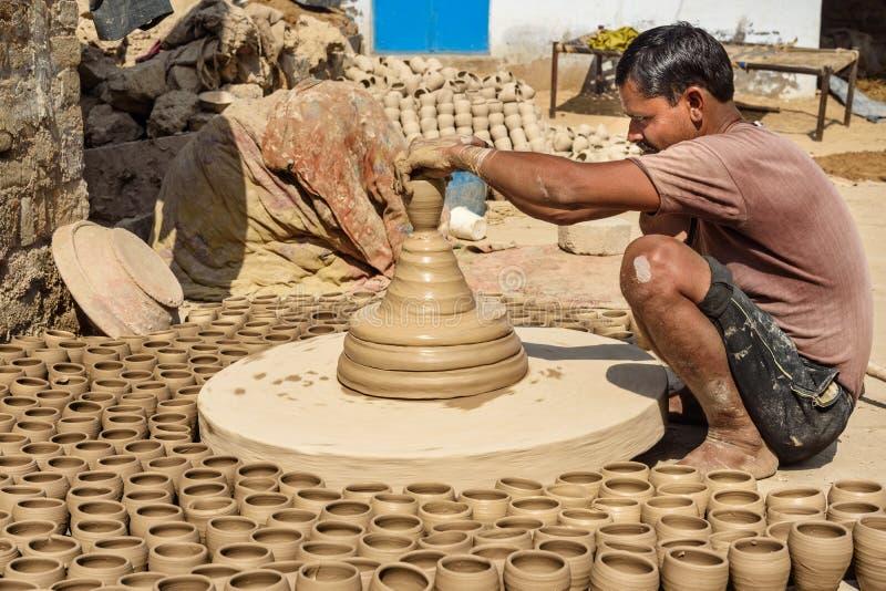 Le potier indien faisant des pots d'argile sur la poterie roulent dans Bikaner Rajasthan l'Inde images libres de droits