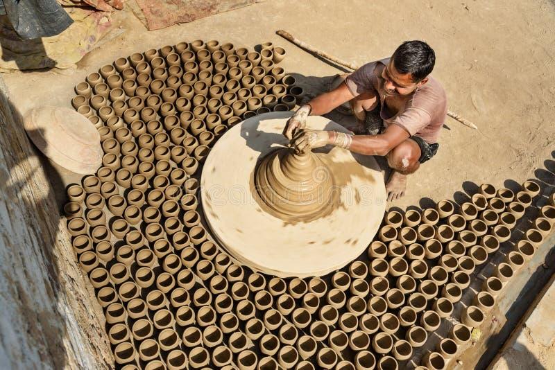 Le potier indien faisant des pots d'argile sur la poterie roulent dans Bikaner Rajasthan l'Inde photographie stock