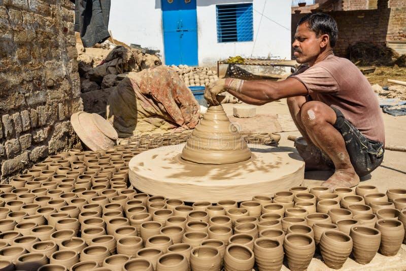 Le potier indien faisant des pots d'argile sur la poterie roulent dans Bikaner Rajasthan l'Inde photos stock