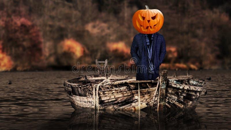 Le potiron effrayant de Halloween a dirigé la personne de fantôme sur un flottement de bateau images libres de droits