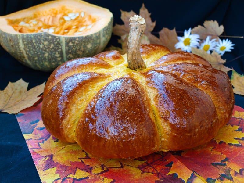 Le potiron fait maison a formé le pain situé sur un fond foncé images libres de droits