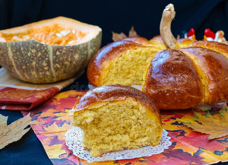 Le potiron fait maison a formé le pain situé sur un fond foncé images stock