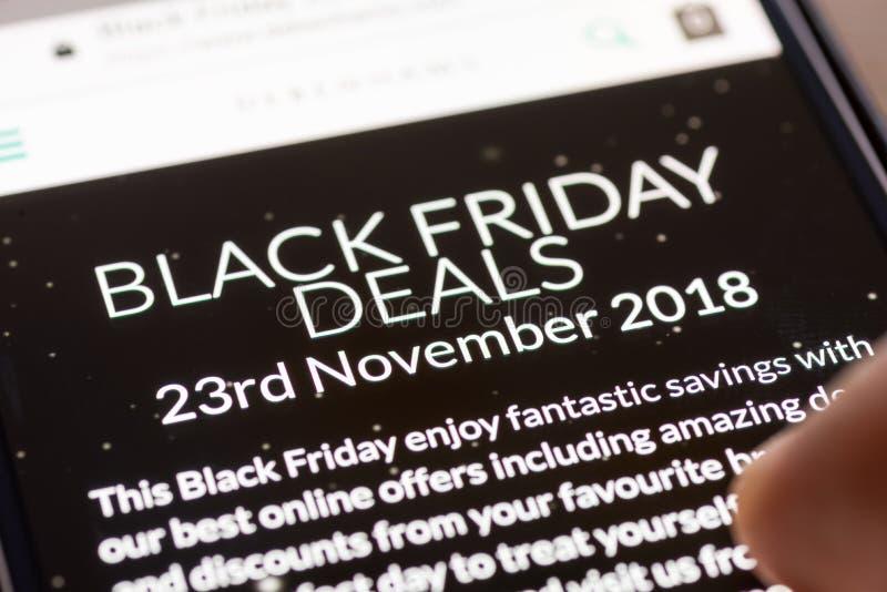 Le pouce humain de doigt au-dessus de Black Friday s'occupe le 23 novembre 2018 le texte sur l'APP de achat sur le plan rapproché photos libres de droits