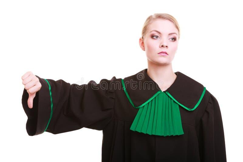 Le pouce polonais de port de robe de classique d'avocat féminin font des gestes vers le bas photos stock