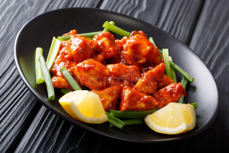 Le poulet épicé rapièce en sauce rouge aux oignons verts et au Cl de citron photographie stock libre de droits