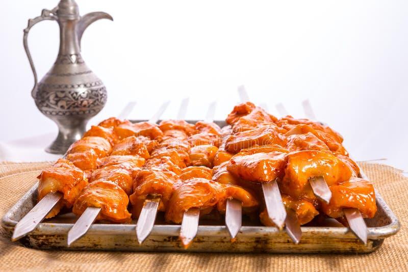 Le poulet chevronné embroche prêt à griller images stock
