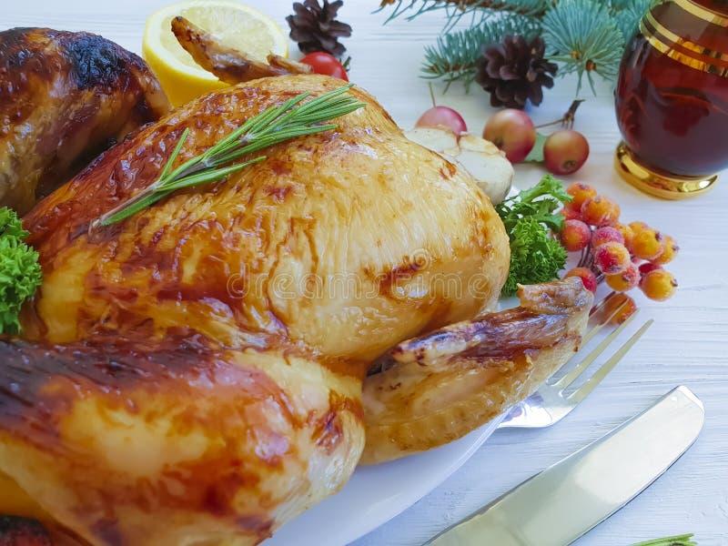 le poulet cuit au four a fait frire le blanc cuit fait maison de Noël de culture de nourriture d'arrangement de dîner entier de t photos libres de droits